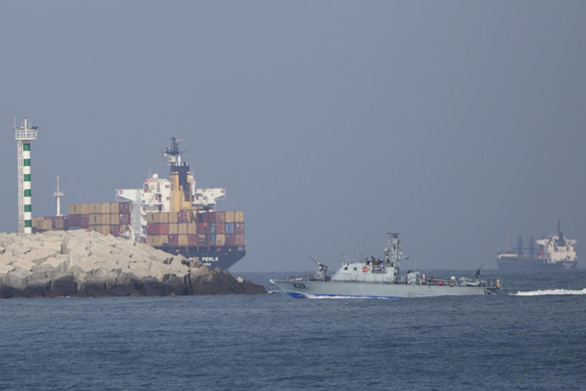 Un barco de la Marina israelí se dirige hacia el puerto de Ashdod tras interceptar a la Flotilla de Gaza, este lunes.