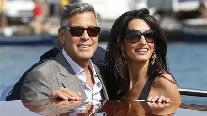 George Clooney i Amal Alamuddin arriben a Venècia, Itàlia,oncontrauran matrimoni dilluns que ve. (AP / Luca Bruno)