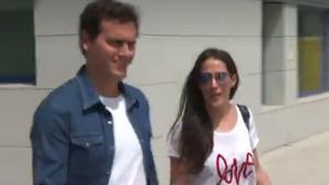 Albert Rivera surt de l'hospital acompanyat de Malú