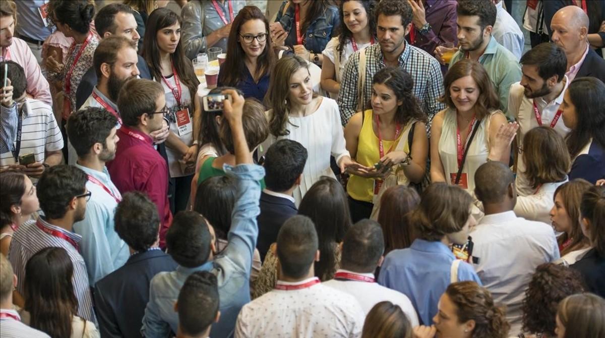 La reina, con jóvenes emprendedores, en Girona.