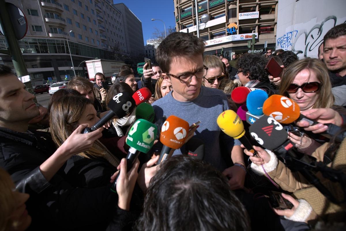 Íñigo Errejón atiende a los medios de comunicación.