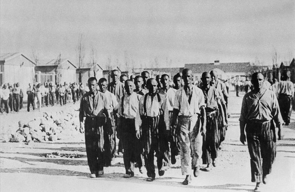 Grupo de reclusos en el campo de concentración de Dachau.