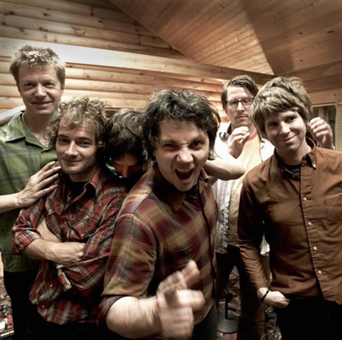 Wilco, en una imagen promocional, con Nels Cline primero por la izquierda y Jeff Tweedy en el centro.