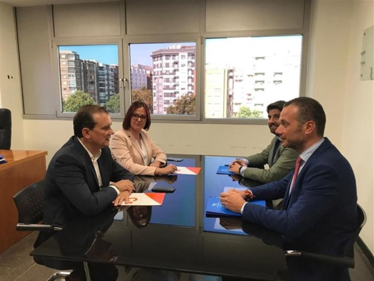 Negociación entre miembros del PP, Ciudadanos y Vox para formarGobierno en Murcia.