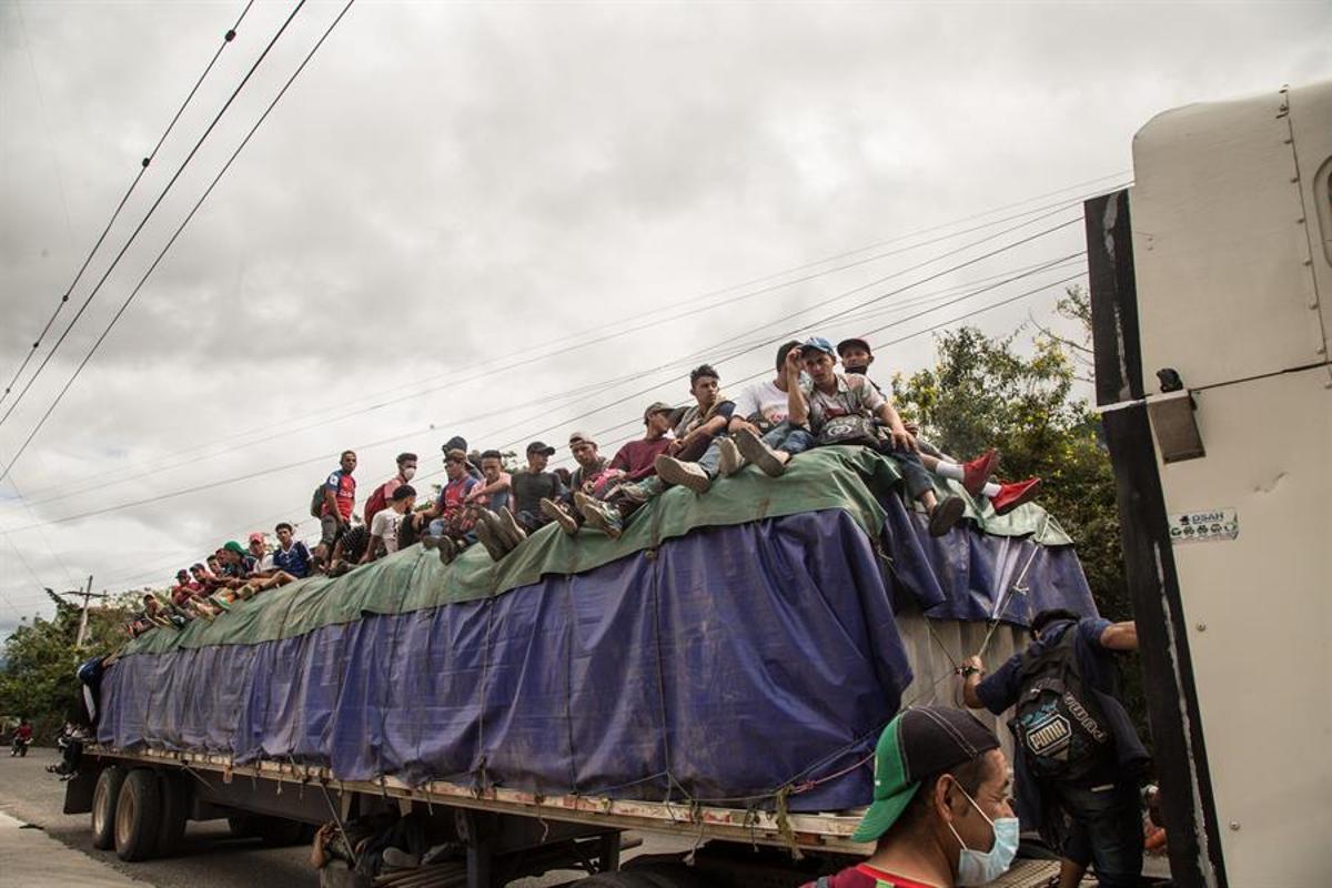 Decenas de migrantes, a bordo de un camión en Guatemala.