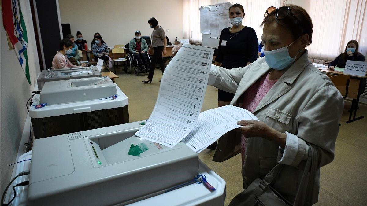 Una ciudadana deposita su voto en un colegio de Novosibirsk, el domingo.