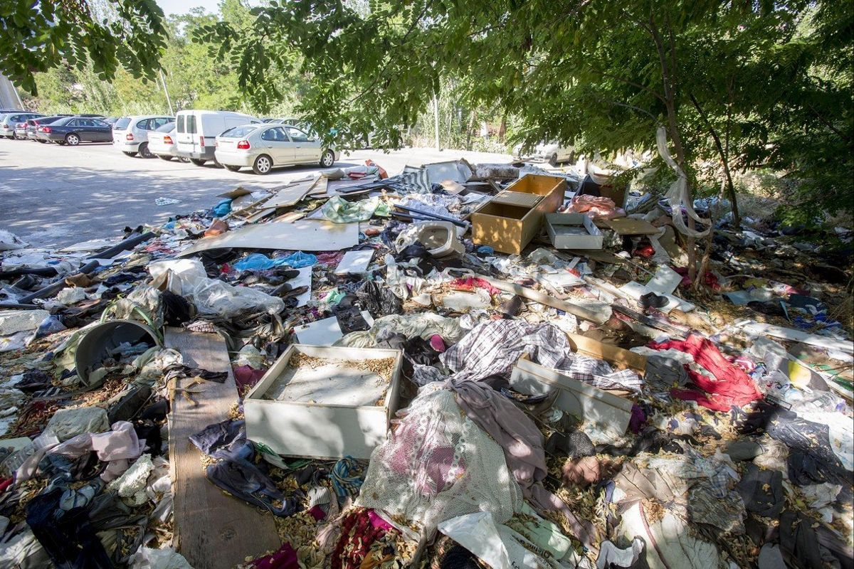 Acumulació d'escombraries a la zona d'aparcament propera a Can Rigalt.