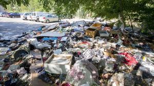 Acumulacion de basura y suciedad entre la maleza que crece al final del párking provisional ubicado en el ultimo tramo de la avenida Albert Bastardas debido al abandono de la masiade Can Rigalt y sus alrededores.