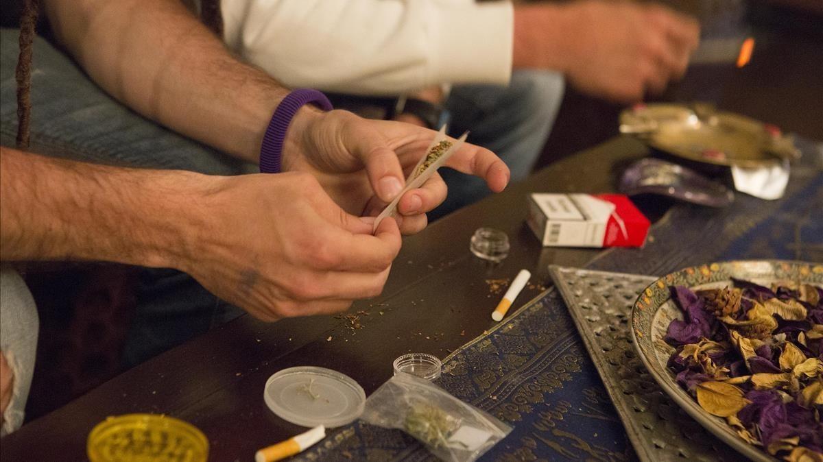 Usuarios de un club de cannabis se preparan para consumir.