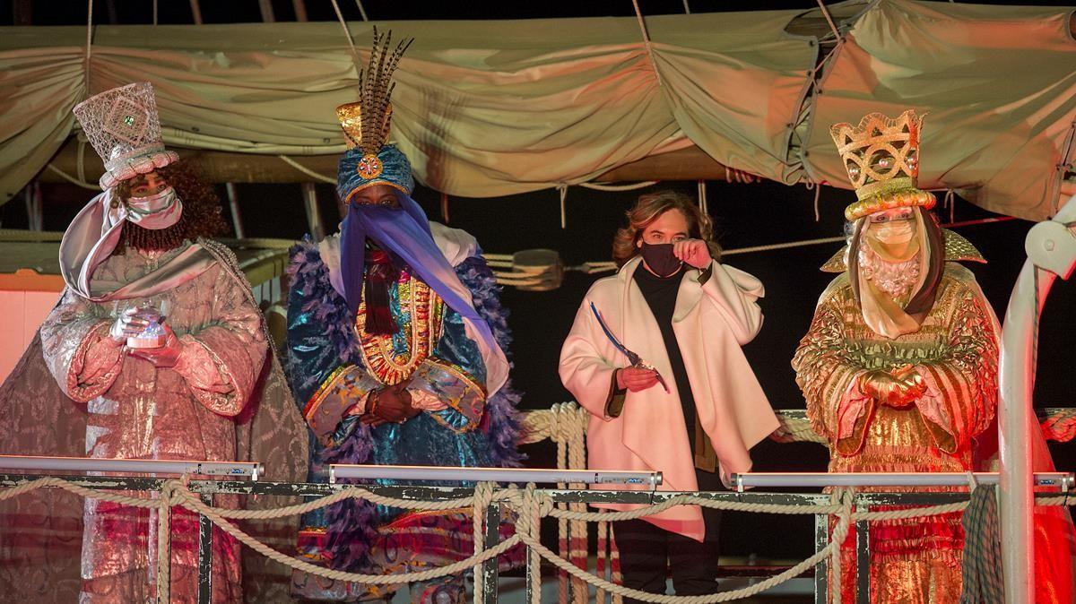 Ada Colau recibe a los Reyes Magos en el Parc del Fòrum  el 5 de enero, día en el que regresó a Barcelona de la casa rural donde pasaba las vacaciones, a la que volvió esa misma noche.