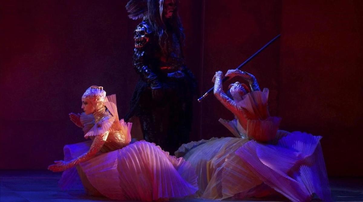 Dos bailarinas, durante el ensayo de la ópera 'El emperador de la Atlántida', de Viktor Ullmann, estrenada en el Teatro Real.