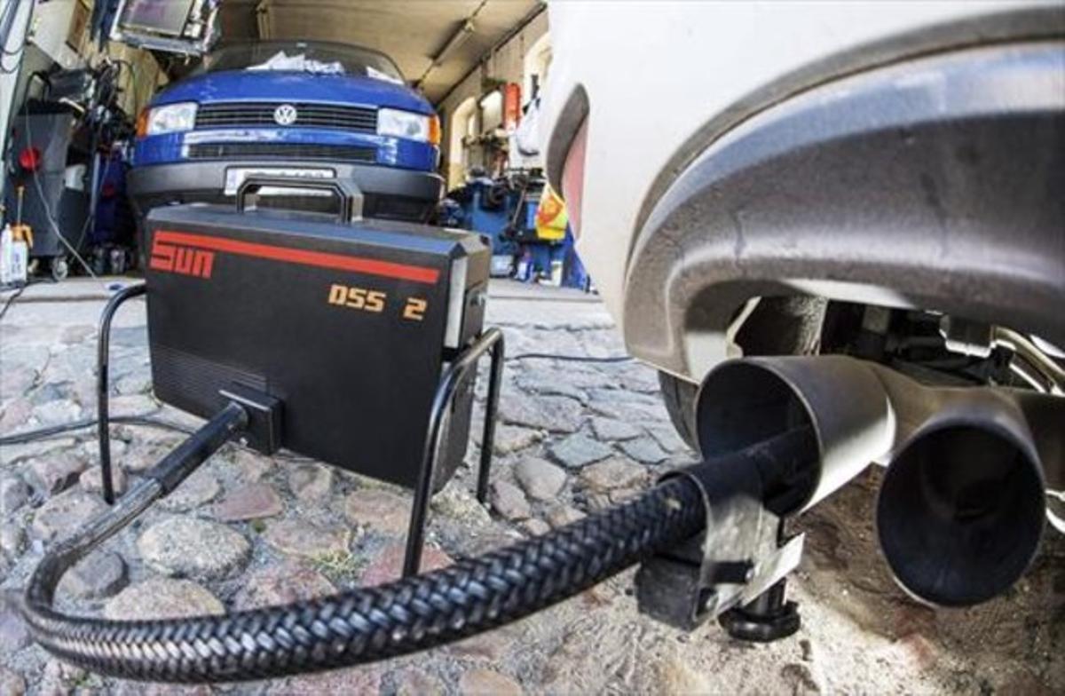 Un dispositivo mide los niveles de emisiones del motor diésel de un Volkswagen Golf 2.0 TDI en un taller.