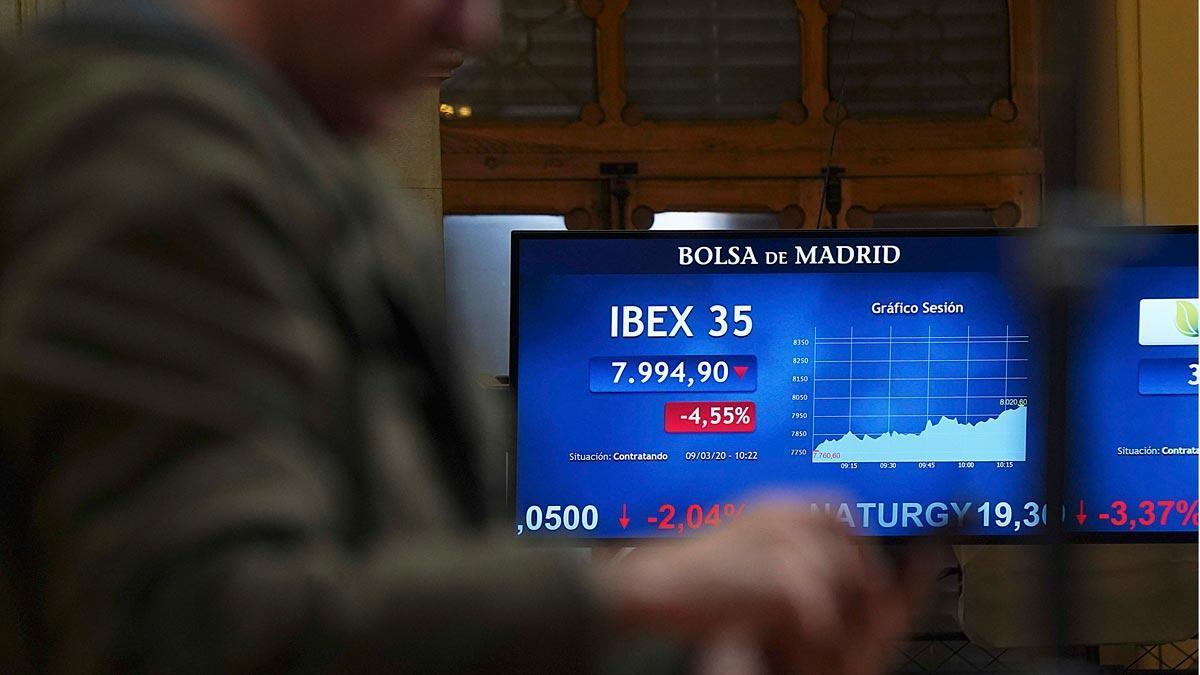 La caída del crudo y el coronavirus arrastran a las bolsas europeas. En la foto, la bolsa de Madrid.