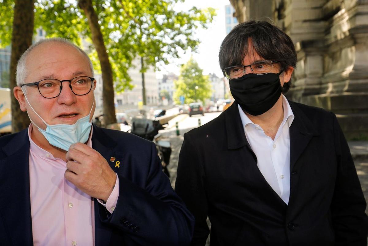 El 'exconseller' Lluís Puig, acompañado por Carles Puigdemont, el pasado junio en Bruselas.