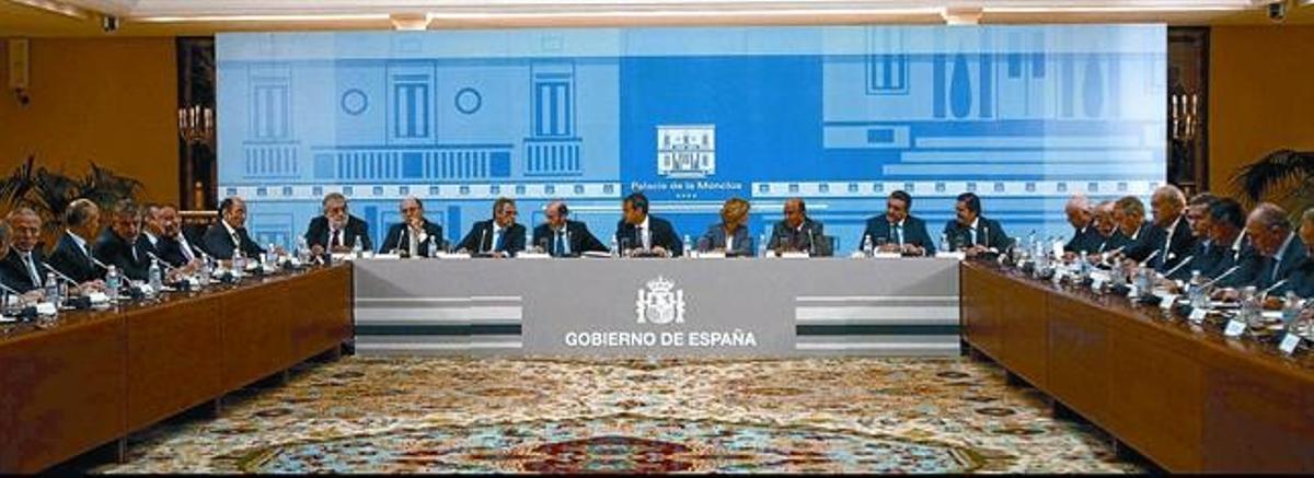 La reunión del presidente del Gobierno (al fondo, en el centro) con los empresarios y banqueros, ayer en La Moncloa.