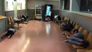 Menores pernoctan en la comisaría de los Mossos de Ciutat Vella, este jueves.