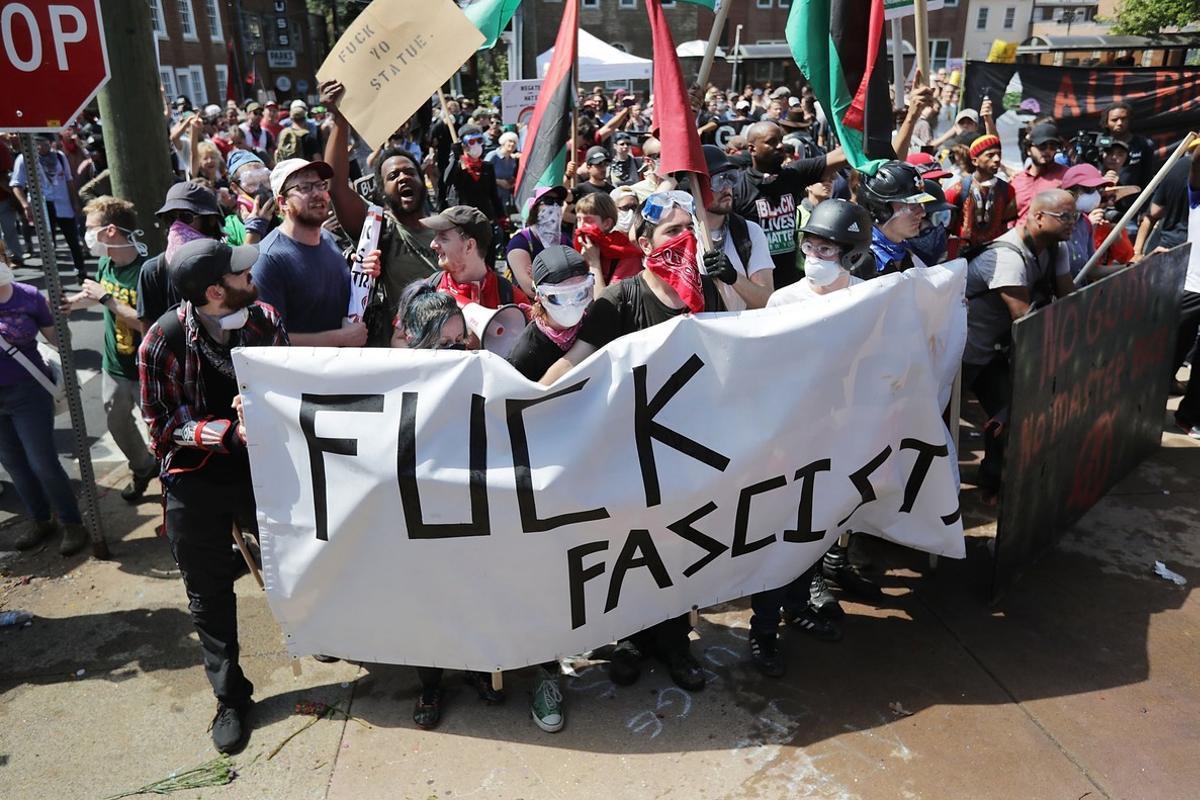 Grupos antifascistas han acudido al encuentro de los manifestantes nazis.