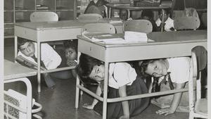 Niños de EEUU ensayan ante un hipotético ataque nuclear, durante la Guerra Fría.