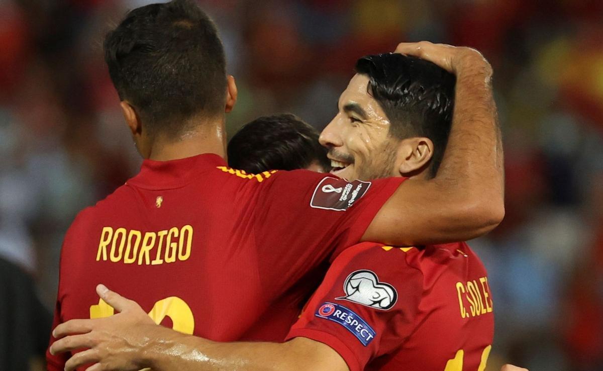Rodrigo abraza a Soler, autor del segundo gol.