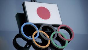 Unos aros y una bandera que sufren el azote de la pandemia que golpea a unos Juegos aplazados, de momento, por un año.