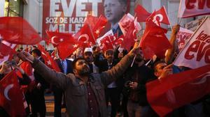 Los partidarios del presidente Erdogan celebran la victoria en el referéndum por la reforma constitucional.