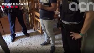 Captura de pantalla del momento de la detención del violador en un domicilio de Corbera.