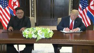 Kim Jong-un y Trump firman una declaración conjunta tras la reunión en Singapur.