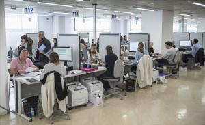 Ciudadanos gestionan la declaración de renta en la Agencia Tributaria, en Barcelona.
