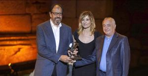 Josep Maria Pou, Nathalie Poza y el productor Jordi González recogen el galardón al mejor espectáculo.