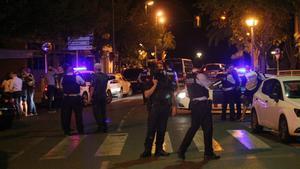 GRA0014 CAMBRILS  Tarragona  18 8 2017 - Los Mossos d Esquadra han abatido esta noche a cuatro presuntos terroristas en Cambrils  Tarragona  y han herido a un quinto miembro del grupo en una operacion relacionada con un posible atentado terrorista en esta localidad cometido al arrollar con un vehiculo a varias persona Los Mossos d Esquadra han informado de que los cuatro presuntos miembros de la celula habrian embestido con el vehiculo a varias personas en el centro de Cambrils  que han quedado heridas Despues del atentado  los Mossos han interceptado a los terroristas y han abatido a tiros a cuatro de ellos  mientras un quinto componente ha quedado herido de gravedad En la foto  agentes acordonando la zona donde se produjo el tiroteo  EFE Jaume Sellart