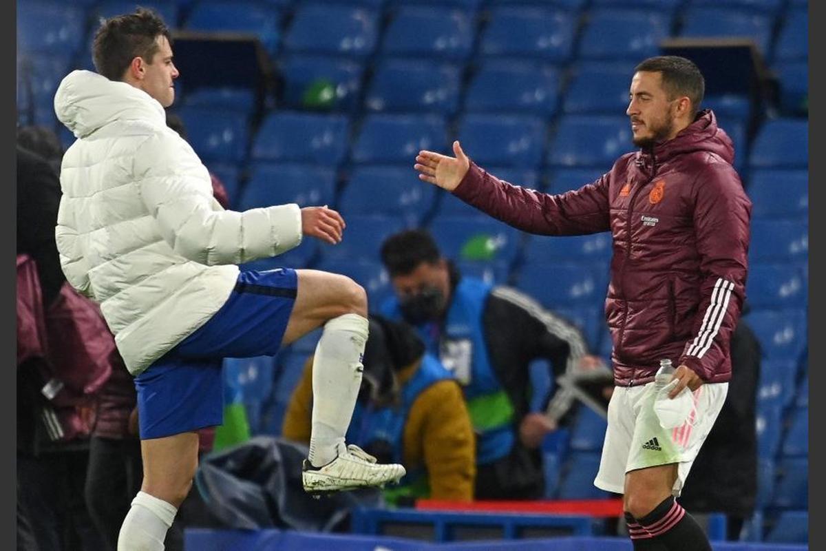El belga Hazard y Azpilicueta, viejos compañeros en el Chelsea, se saludan al término de la semifinal.
