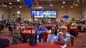 Partidarios de Trump siguen el recuento electoral desde el Hotel Casino South Point de Las Vegas.