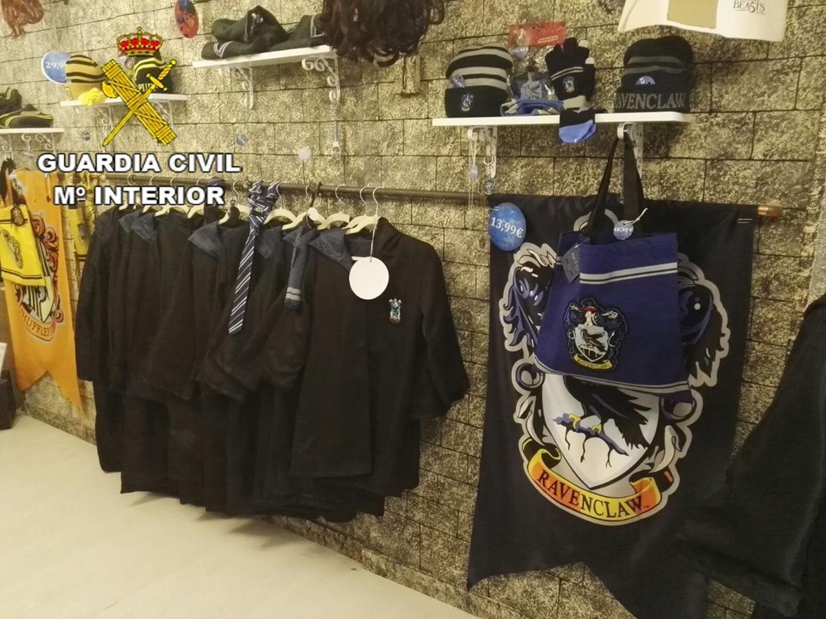 Objetos incautados por la Guardia Civil en un comercio de Barcelona.