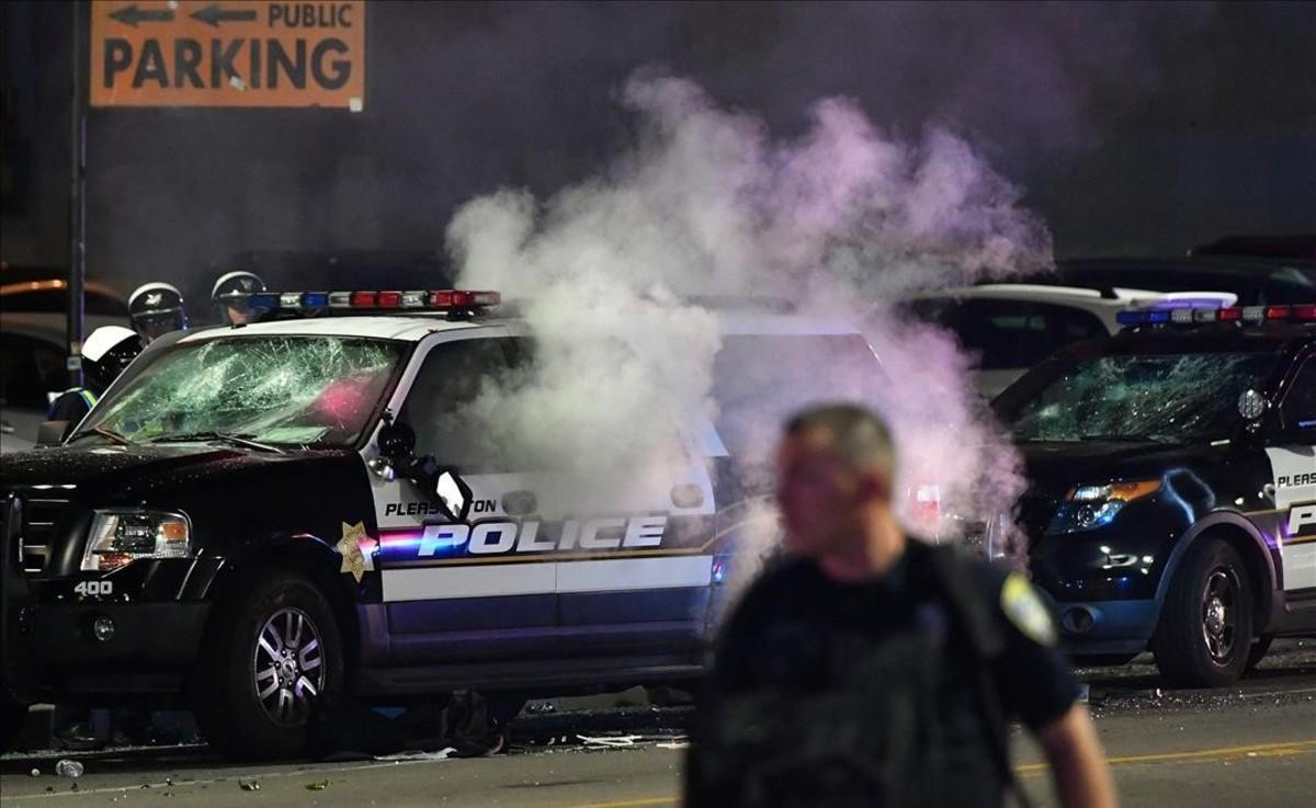 Los manifestantes de Oakland, California, incendian un vehículo policial.