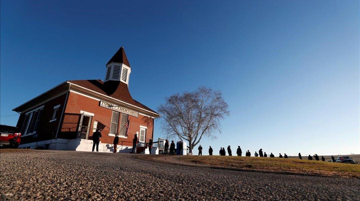 Los electores hacen cola para votar ante el Ayuntamiento de Trenton, Wisconsin.