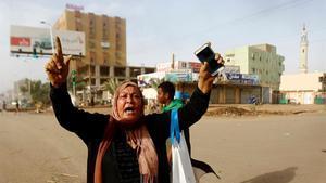 Una mujer sudanesa durante una de las protestas en Sudán en junio.