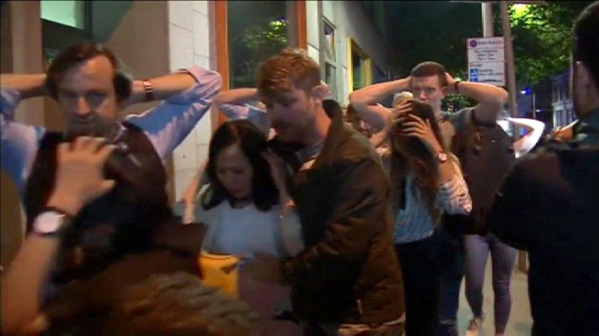 Los agentes han escoltado a decenas de personas que han recorrido el puente con las manos en alto.