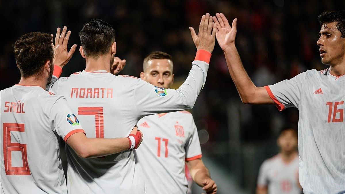 Álvaro Morata, felicitado por sus compañeros de la Roja.