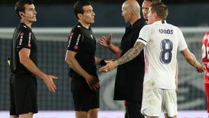 Zidane y Kroos discuten con Martínez Munuera por el penalti pitado a Militao.