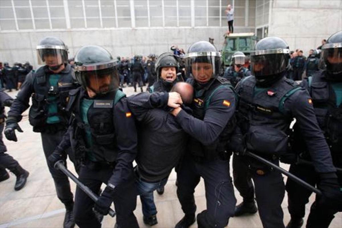 Las Fuerzas de Segurida del Estado intervienen en San Julià de Ramis, donde el entonces presidente de la Generalitat, Carles Puigdemont, debía votar el 1-O.