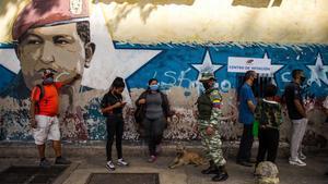 Un grupo de electores hace cola hoy para poder votar en un colegio electoral de Caracas.