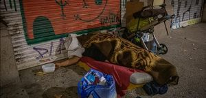 Un sintecho durmiendo bajo los arcos del paseo de Picasso, el pasado octubre.