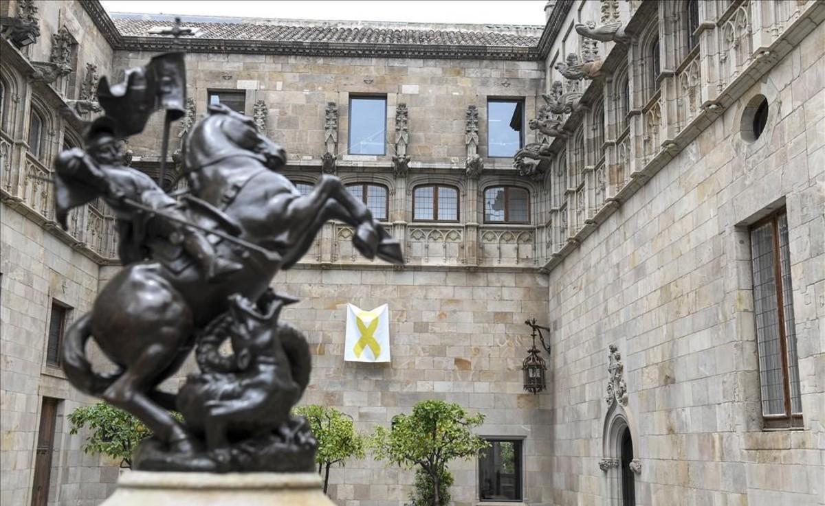 Lazo amarillo en el Pati dels Tarongers del Palau de la Generalitat.