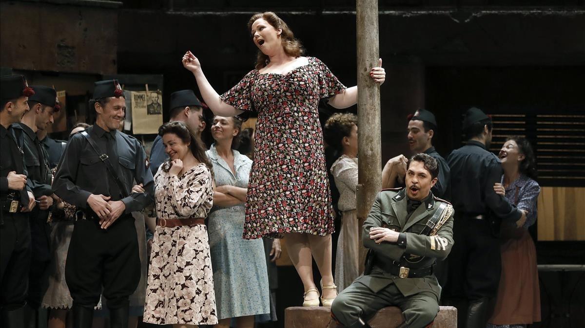 Jessica Pratt (centro), en una escenade la ópera de Donizetti junto a Paolo Bordogna (derecha).