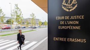 Una dona es dirigeix a l'entrada de la seu del Tribunal Europeu de Justícia, a Luxemburg, aquest dilluns.
