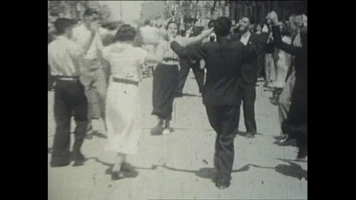Barceloneses bailando en las fiestas de Gràcia de 1935