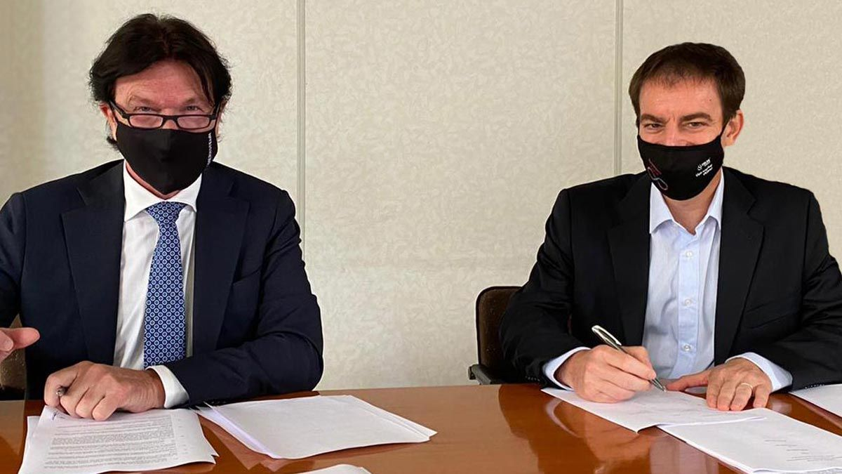 Francesc Rubiralta, derecha, firma el acuerdo con su socio de Intersig