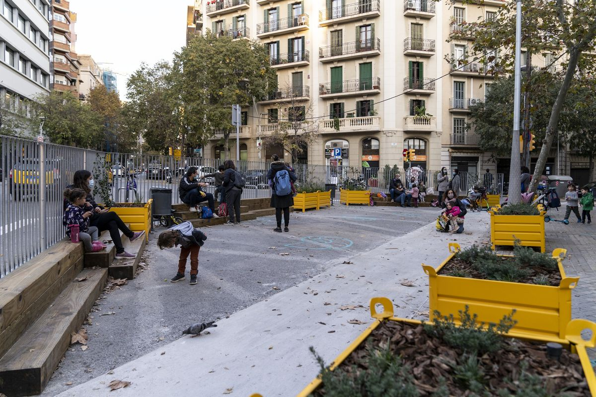 Menys cotxes i contaminació en els entorns de 92 escoles de Barcelona