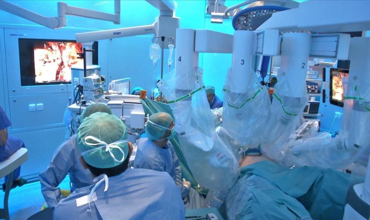 Imagen del trasplante de un riñón a un niño.