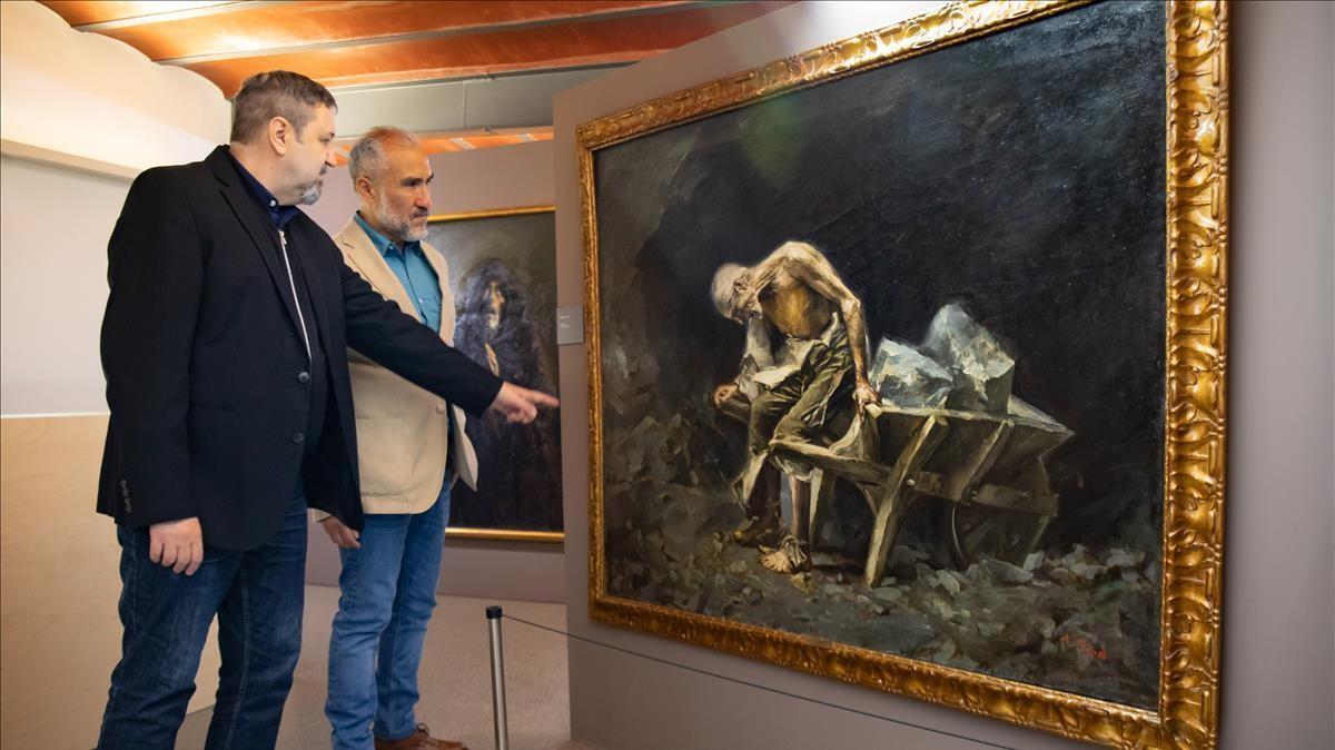 Los historiadores Josep Casamartina y Carlos Alejandro Lupercio, junto al cuadro 'El peón' de Aleix Clapés.